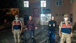 Ardahan'da Türkiye turuna çıkan İsviçreli turistlerin bisikletlerini çaldılar