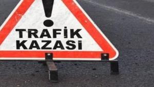 Ardahan kara yolunun Bölge Trafik Kavşağında otomobil refüje çarptı: 2'si çocuk 3 yaralı