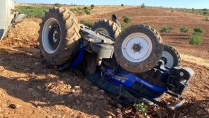 Devrilen traktörün altında kalmaktan atlayarak kurtuldu