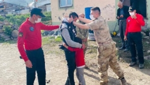 Ardahan'da Hayvan otlatırken uyuyakalan çocuk jandarma ekiplerince 7 saatte bulundu