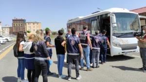 Kars'ta Yüzlerce kişiyi dolandıran sahte bahis çetesi adliyeye çıkarıldı