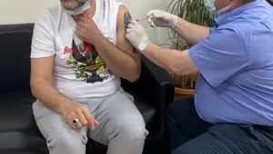 ŞENLENDİRİCİ'NİN AŞISI BAŞKAN DR. SADIK DOĞRUER'İN ELLERİNDEN