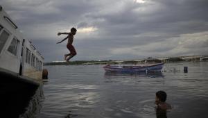 Brezilya'da çocuklar timsahlara dolu suda yüzüyor