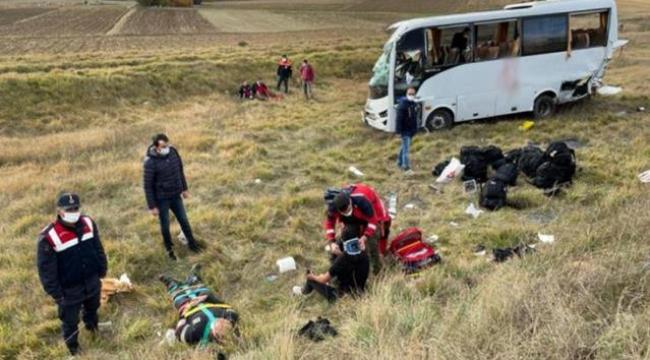 Polis memurlarını taşıyan midibüs kaza yaptı: 12 yaralı