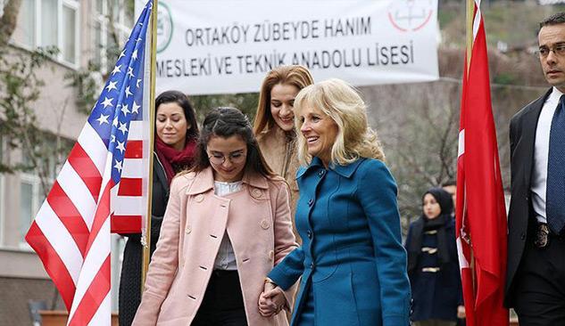 Gençler karnelerini Biden'ın eşinin elinden aldı